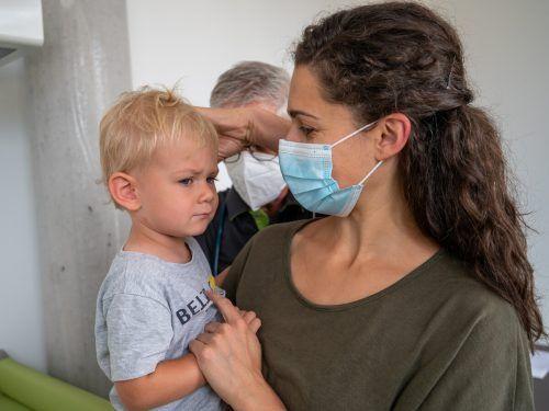 Sicher geborgen im Arm von Mama Johanna lässt Linus die fällige Zwei-Jahres-Untersuchung klaglos über sich ergehen.vn/lerch