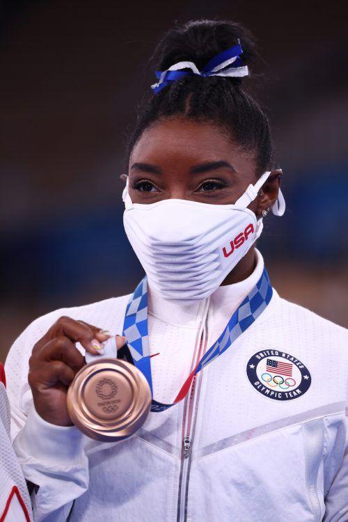 Simone Biles präsentiert nach ihrer Rückkehr glücklich die Bronzemedaille.Reuters