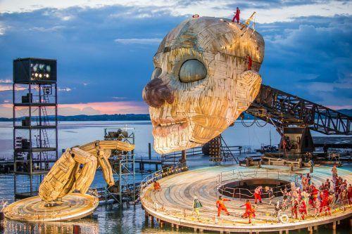 """So schwer und doch wirkt er schwerelos: Der """"Rigoletto""""-Kopf bringt alleine rund 35 Tonnen, mit der Unterkonstruktion rund 140 Tonnen auf die Bühne.???"""