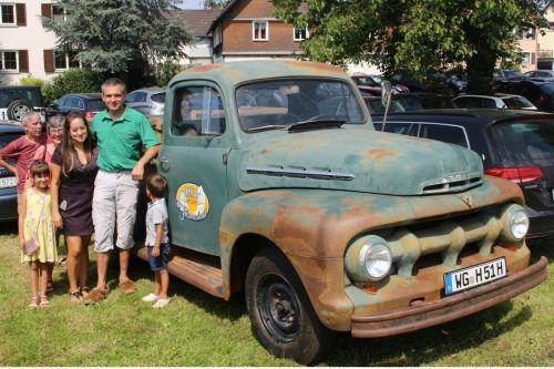 Stolz präsentiert Werner Steurer sein aktuelles Oldtimer-Projekt: den restaurierten Ford Pick-up, Baujahr 1951. STP