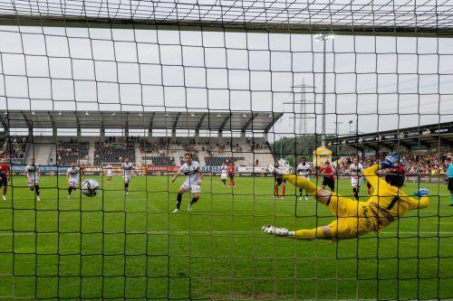 Strafstoß ins Glück: Altach-Stürmer Atdhe Nuhiu verlädt Rapid-Goalie Richard Strebinger und krönt seine starke Leistung mit dem späten 2:1-Siegtreffer.gepa