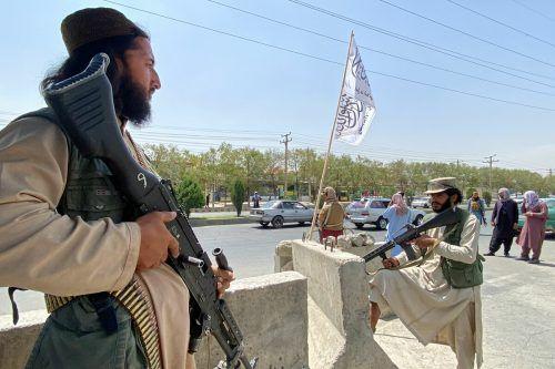 Taliban-Kämpfer bewachen den Zugang zum Innenministerium in der Hauptstadt Kabul. AFP