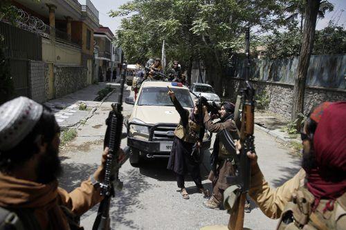 Talibankämpfer patrouillieren durch die afghanische Hauptstadt. AP