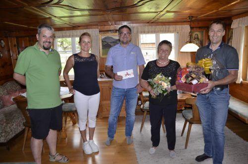 Thomas Bargehr, Judith Sauerwein, Christof Thöny undMartin Burtscher bedankten sich bei Ida Strolz mit einem Geschenk.D. Burtscher