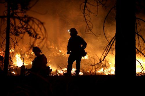 Unberechenbare Windböen fachen die Feuer weiter an. ap