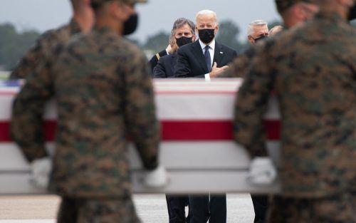 US-Präsident Joe Biden wohnt der Ankunft der Särge der bei einem Attentat in Kabul getöteten Soldaten in Dover, Delaware, bei. AFP