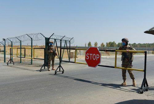 """Usbekische Soldaten bewachen einen Übergang auf der """"Brücke der Freundschaft."""" AFP"""