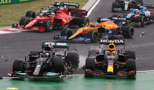 Valtteri Bottas (l.), der in den Boliden von Lando Norris gekracht war, schiebt den Red Bull von Sergio Perez von der Strecke. Vorne hat Lewis Hamilton freie Fahrt.Reuters, F1