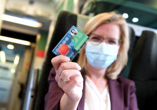 Verkehrs- und Umweltministerin Leonore Gewessler präsentiert ein Muster des 1-2-3-Tickets, das nun in Klimaticket umbenannt wurde. APA