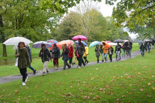 Viele interessierte Bürger schlossen sich trotz strömenden Regens dem Spaziergang zum Alten Rhein an, um von der Flucht der jüdischen Bevölkerung zu erfahren. bvs(4)