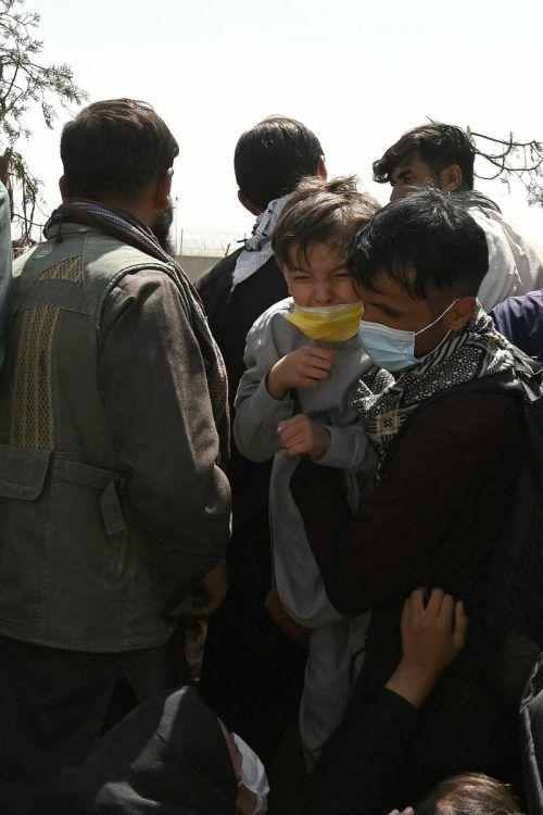 Viele Menschen harren weiter am Flughafen aus. AFP