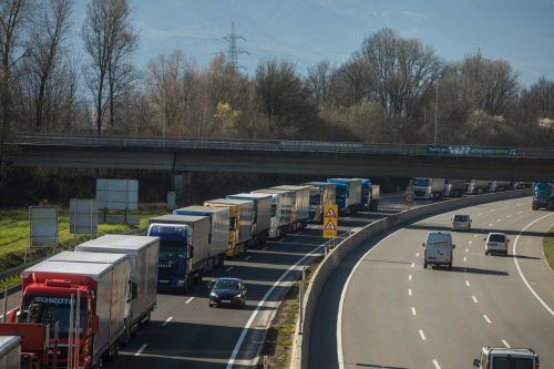 Von Krise ist auf den Straßen nichts mehr zu spüren. Der Lkw-Verkehr im Land hat zuletzt kräftig zugenommen.VN/Paulitsch