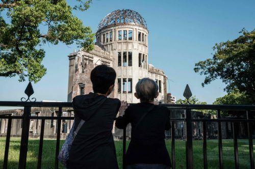 Vor 76 Jahren fiel die US-Atombombe auf Hiroshima: Die 95-jährige Teruko Morita (r.) erzählt beim Gedenkenihrer Tochter davon.AFP