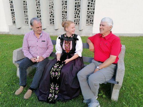 """Walter Marte, Pia Bott und Helmut Pacher sitzen auf dem """"Vrzellbänkle"""" in Vandans und haben sich viel zu erzählen.Gemeinde Vandans"""