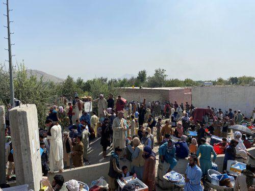 Zahlreiche Menschen warten beim Airport; sie hoffen auf eine Gelegenheit, Afghanistan über den Luftweg verlassen zu können. asvaka news/Reuters