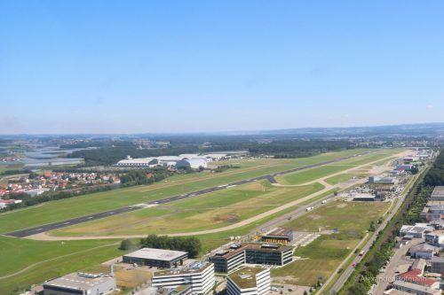 Zu einem brenzligen Zwischenfall kam es auf dem Flugfeld in Friedrichshafen bei der Landung eines Leichtflugzeugs. airport Friedrichshafen Bodensee