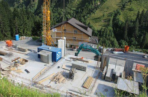 Rund 10.000 Kubikmeter Fels mussten für das Projekt Alpenstolz abgetragen werden. Nun sind die Arbeiten für den Hochbau im Gange.