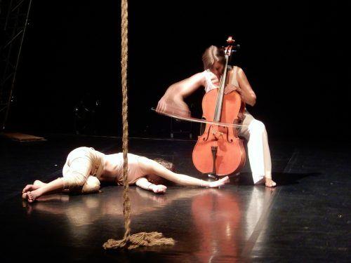 Akrobatik verband sich mit Musik.