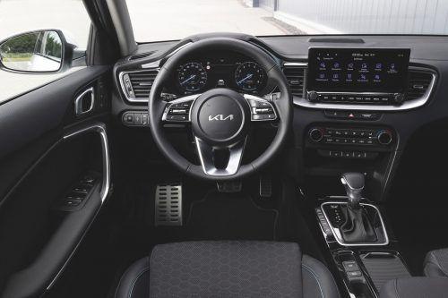 Aktualisiert wurde auch das gar nicht unmoderne Cockpit. Für die Sitzbezüge gibt's mehr Auswahl-Optionen.
