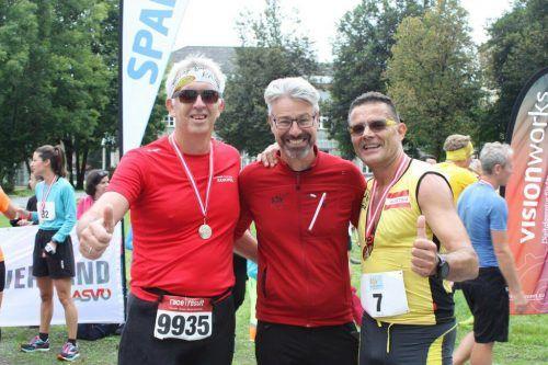 Alex Sonderegger mit Laufsportvereinsobmann Timo Bereuter und Richard Föger.