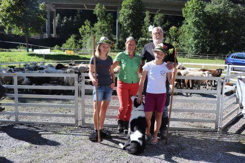 Alina, Margarethe, Urs und Stefanie freuten sich, mit den vielen Schafen wieder gut zurück im Tal zu sein.Mek