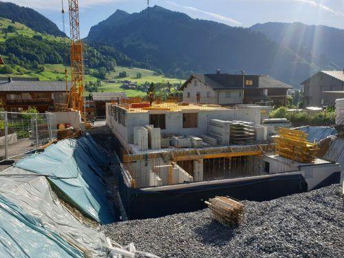 Anstelle einer zuletzt leer stehenden Werkhalle eines Zimmereibetriebs wird in Au eine Wohnanlage mit 13 Einheiten errichtet.
