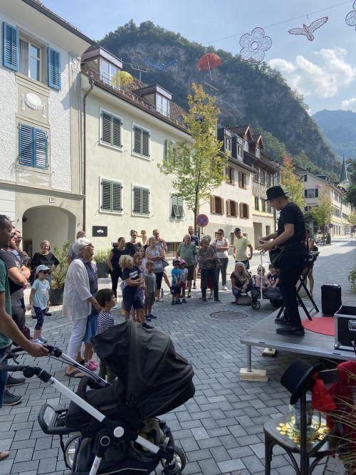 An zahlreichen Orten im Hohenemser Zentrum hielten die Leute an, um sich von Straßenkünstlern unterhalten zu lassen.