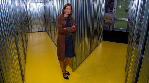Angelika Meusburger zeigt den hellen Innenbereich der Storebox in der Dornbirner Kehlerstraße. vn/Lerch