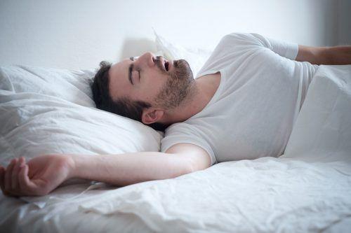 Auch heftiges Schnarchen kann ein Indiz für Schlafapnoe sein. Shutterstock