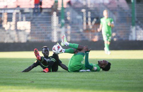 Austria Lustenaus Mittelfeldregisseur Mohammed Cham-Saracevic musste bei der 0:4-Testspielniederlage gegen St. Gallen bereits vor der Halbzeit verletzt vom Feld.hartinger