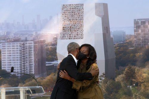 """Barack und Michelle Obama umarmen sich bei der Eröffnungszeremonie für ein neues """"Präsidentschaftszentrum"""" in Chicago. reuters"""