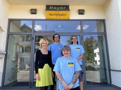 BAYER KARTONAGEN hat drei neue Lehrlinge. Ulrike Bayer begrüßt Kerem Cigerli, Fanny Schütz und Yavuz-Selim Abak.