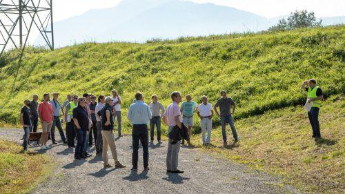 Bei einem Spaziergang auf der Interventionspiste erfuhren die Gäste alles Wissenswerte zum Bau.