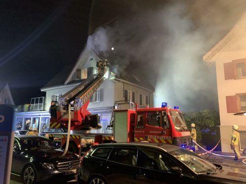 Beim Eintreffen der Feuerwehren von Dornbirn und Hohenems stand der Dachstuhl bereits teilweise in Brand. vlach