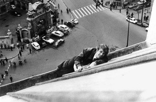 """Belmondo kannte kein Stuntdouble, so wie hier 1975 in Paris bei den Dreharbeiten zu """"Angst über der Stadt"""". AFP"""