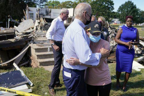 Bereits zuvor hatte sich Joe Biden bei einem Besuch in Manville im Bundesstaat New Jersey ein Bild der Lage gemacht. AP