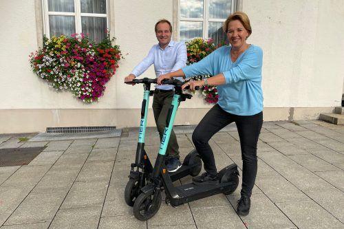 Bgm. Andrea Kaufmann und Stadtrat Alexander Juen mit zwei der E-Scooter.Stadt