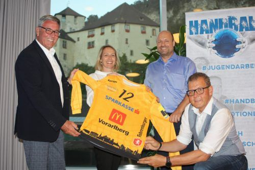Bgm. Wolfgang Matt, SR Gudrun Petz-Bechter, Obmann Günter Schörghuber und Funktionär Thomas Kornexl mit dem neuen Dress.