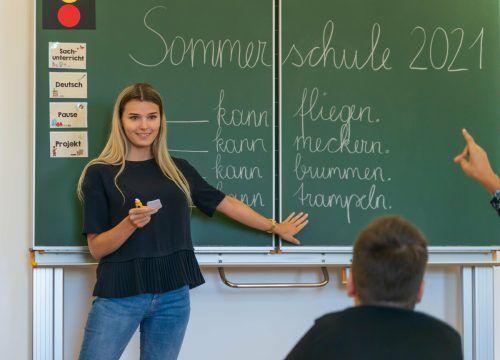 Bianca Blum ist eine von vielen Lehrkräften, die derzeit an der Sommerschule unterrichten. VN/Stiplovsek