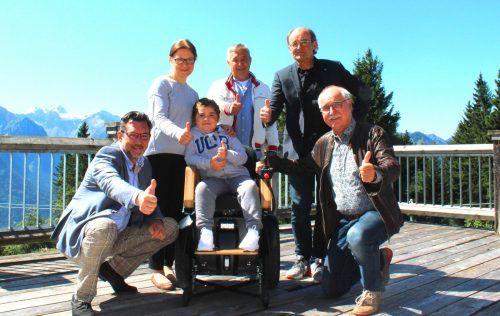 Bojan freut sich mit seiner Familie über den speziellen Rollator.