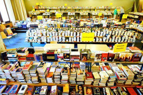 Bücher, so weit das Auge reicht: Der Bürser Pfarrsaal ist wieder gefüllt mit Lesestoff.