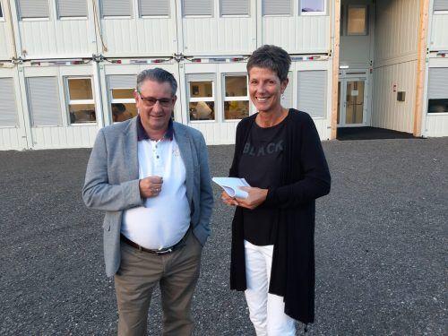 Bürgermeister Gert Mayer und Direktorin Monika Getzner begrüßten die Schüler vor der neuen Containerschule.GEmeinde