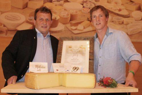 """Bürgermeister Josef Anton Schmid war die Erleichterung anzusehen, als er mit Jodok Meusburger den """"Lieblingskäse der Konsumenten"""" präsentierte. STP/3"""