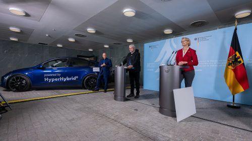 Bundesforschungsministerin Anja Karliczek mit Frank Wolf (Obrist) und Prof. Robert Schlögl (Max-Planck-Institut).BMBF