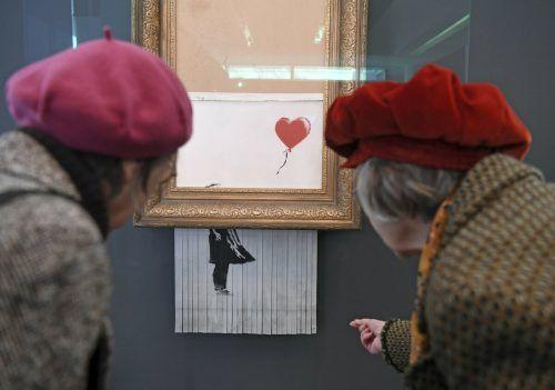 Das Banksy-Werk zerschredderte sich kurz nach der Auktion selbst. AP