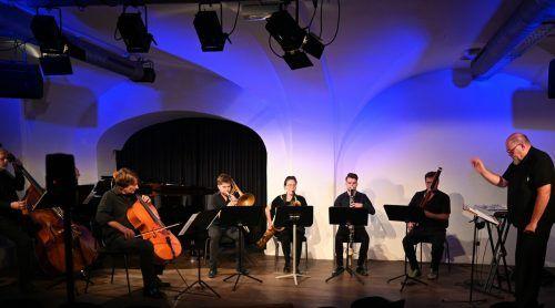 Das Janus-Ensemble trat im Theater am Saumarkt unter der Leitung von Christoph Cech mit enthusiastischem Gestaltungswillen auf. vf