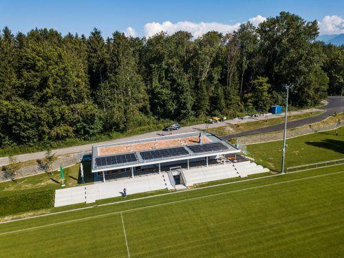 Das moderne Clubheim mit überdachter Tribüne bei der neuen Sportstätte am Ortseingang von Gaißau. Sams, AJK/3
