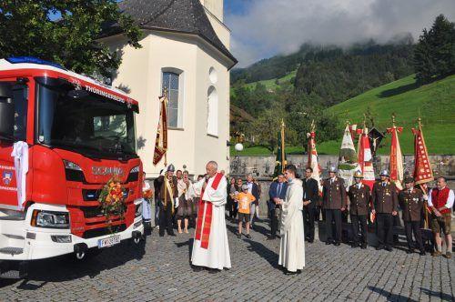 Das neue Löschfahrzeug der Feuerwehr Thüringerberg wurde am Wochenende von Pater Christoph Müller geweiht.HAB