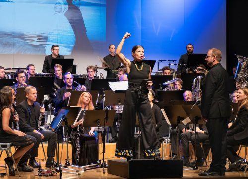 Das Orchester Windwerk mit derSchauspielerin Mona Kospach und dem Dirigenten Thomas Ludescher. Fotoclub