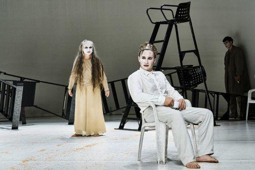 David Kopp verkörpert König Ödipus in der Inszenierung von Johannes Lepper, Elke Maria Riedmann (links) ist in der Rolle der Botin aus Korinth zu sehen. VLT/ANJA KÖHLER